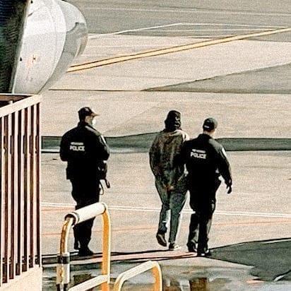 أماني الخطاطبة بتطرد من الطيارة بقوة الشرطة في الولايات المتحدة، ايه اللي حصل؟