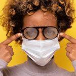 معاناة أصحاب النظارات: إزاي تخلي النظارة متشبرش وانت لابس الكمامة الطبية؟!