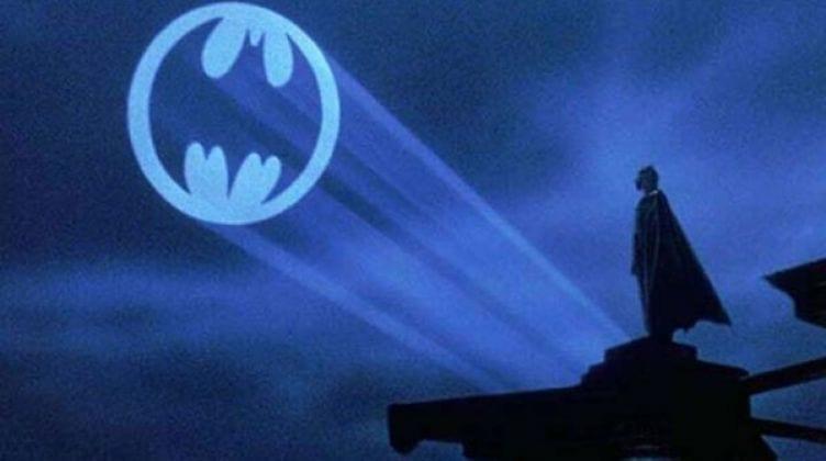 """أغنية باتمان كانت بتقول """"ضوء لمع وسط المدينة، رسم نداء لـ..."""