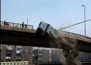 صورة متداولة من حادث عربية  على كوبري االساحل